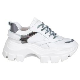 Weide Fehér cipők a platformon