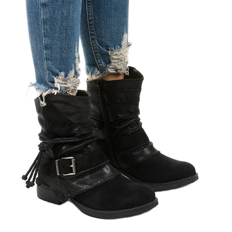 Fekete bokacsizma, csattal és dekoratív Coord felsőrésszel